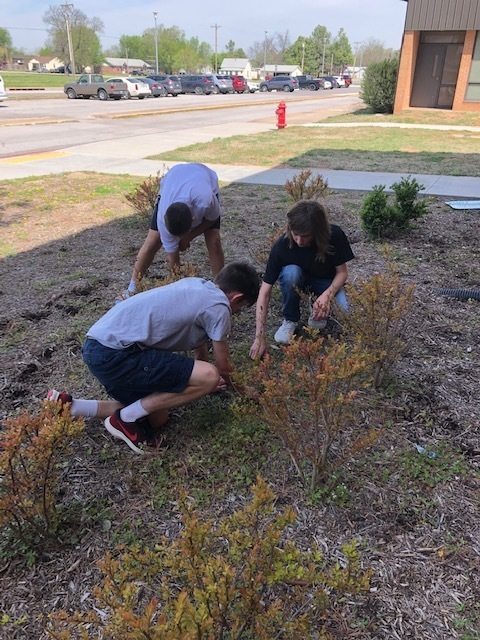 The 9GC Leadership Class Helps with Cleaning the Flowerbeds.